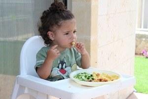 Essen im Babyhochstuhl