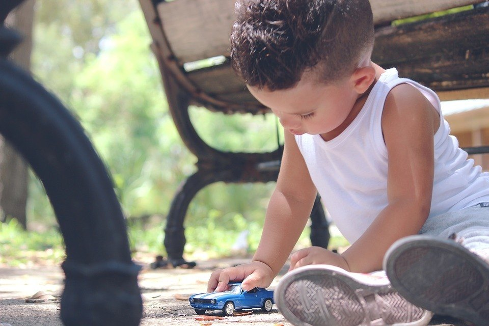 Kind spielt mit Spielauto